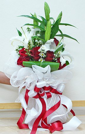 Red_thai_roses_and_white_lilies